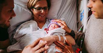 61 évesen szülte meg saját unokáját