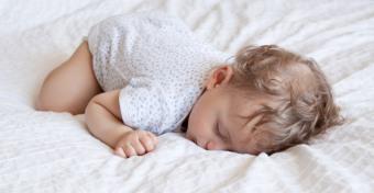 Miért alszik a baba sült csirke pózban?