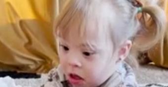 Csodás videó: a Down-szindrómás kislány megöleli a róla mintázott babát