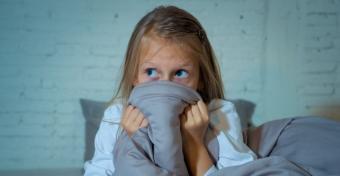 Megnyugtató mondatok, melyek segíthetnek, ha a gyermeked fél a sötétben