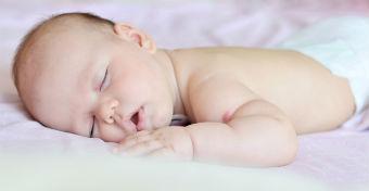 Tippek, hogy a forró éjszakákon is aludjon a baba