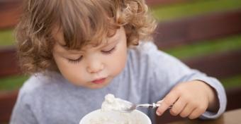 Ételek, melyek segíthetnek, hogy jobban aludjon a kisgyereked