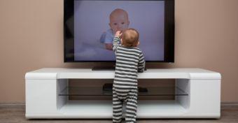 Már egyéves kortól rendszeresen tévéznek a gyerekek