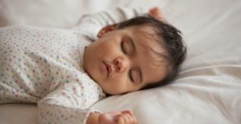 Éjszakáról éjszakára is változhat a baba alvása