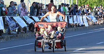 Hármasiker-babakocsival futotta le egy anya a félmaratont