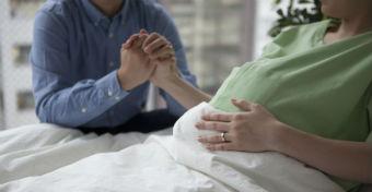 Vizsgálat indult az orvos ellen, aki 160 ezret kért a szülésért
