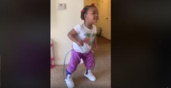 Csodaszép videó arról, ahogy egy 4 éves kislány járni tanul