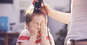 A lezárások miatt maga vágta a fia frizuráját, az iskola beszólt miatta