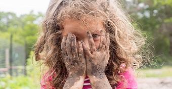 Hírességek, akik csak akkor fürdetik a gyerekeiket, ha már furcsa szagok terjengenek