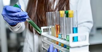 Koronavírus: a tüneteket enyhítő magyar gyógyszer gyártás előtt áll