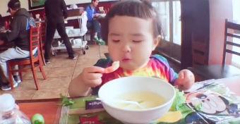 Kicsi lány hatalmas étvággyal