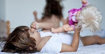 Mit jelent, ha a kisfiú babázik, a kislány pedig markolóval játszik?
