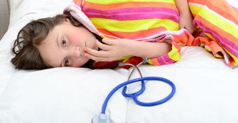 Az ételfertőzés és ételmérgezés tünetei és kezelése gyerekeknél
