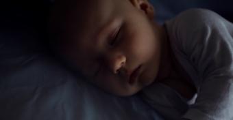 Jobban alszik a baba, ha teljesen sötét van a szobában?
