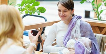Büntetnék a szoptató anyákat kitiltó helyeket
