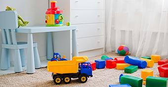 Így taníthatjuk meg a gyereknek, hogy pakolja el a játékait