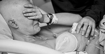 Egy szoptató rákos anya fotója tartja lázban a facebookozókat