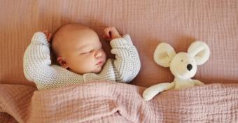 Miért rándul össze a csecsemő alvás közben?