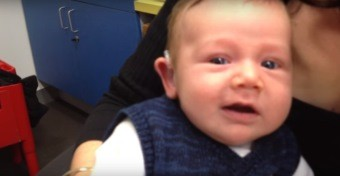 Megható videó: először hall jól a 7 hetes kisfiú