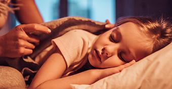 Miután a gyerekei elalszanak, elszív egy dzsointot