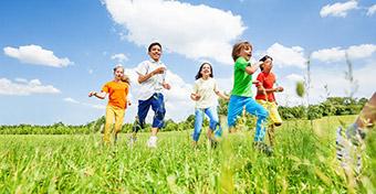 Nevelj boldog gyereket dán módra