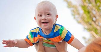 Hogyan lehet fejleszteni egy Down-szindrómás babát?