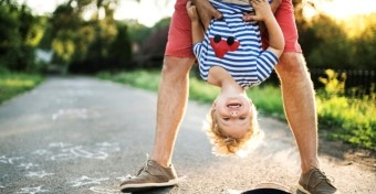 Nem baj, ha apa máshogy játszik a gyerekkel