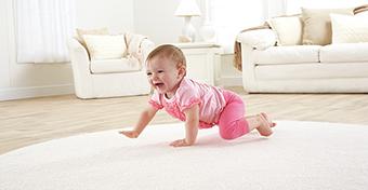Hány hónaposan kezdenek mászni a babák?