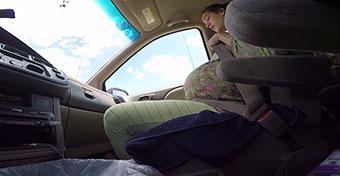 Autóban szülte meg a 4,5 kilós gyereket - videó