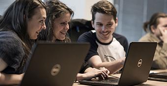 Egyre több kismama képzi át magát programozóvá