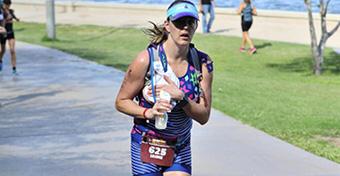 Mindent a kisbabáért: verseny közben fejt a triatlonos anyuka