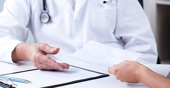Két év szabadságvesztésre és  pénzbüntetésre ítélték a pénzt követelő nőgyógyászt