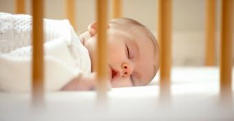 Mikortól lehet hason altatni a babát?