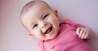 Hogyan lehet segíteni a baba humorérzékének fejlődését?