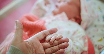 Telefonon segítették világra a mentők a kisbabát