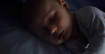 Mikor alussza át az éjszakát a baba?