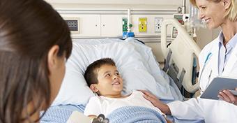 A szülők még mindig a földön alszanak, pedig lenne ágy a kórházban