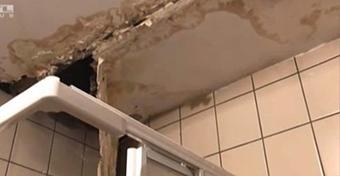 Penészes falak, koszos zuhanyzó a gyermekkórházban