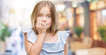 Mit csináljunk és mit ne, ha a gyerek rágja a körmét?