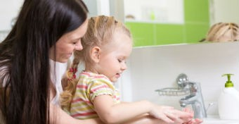 Baj, ha a gyerek nem mossa meg a kezét ebéd előtt?