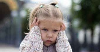 Miért fogják be időnként a fülüket a kisgyerekek?