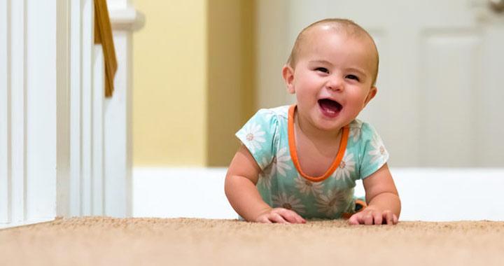 Segíthetjük-e a baba mászását?