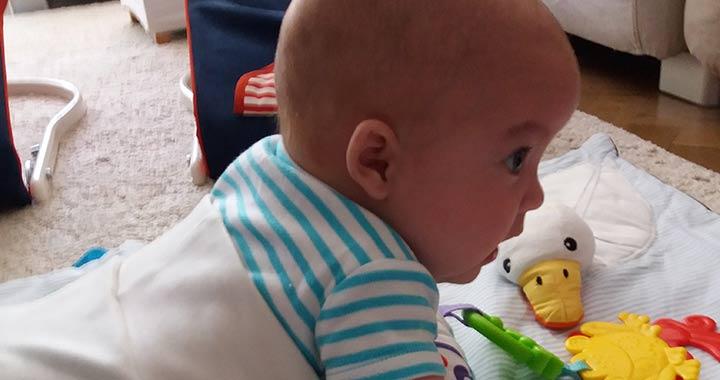 Így azért kibírhatóbb a hason fekvés a babának