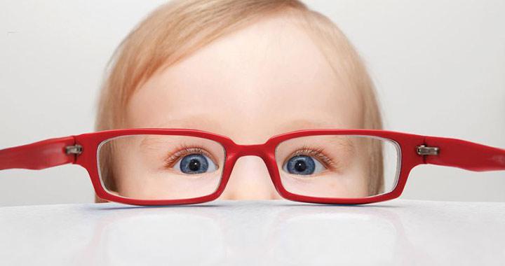 Megható  egy baba reakciója az első szemüvegviselésre cf9491676d
