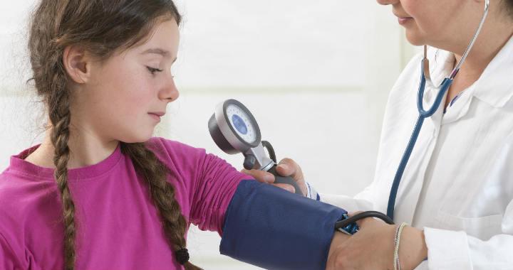 hány éves korban jelenik meg a magas vérnyomás)