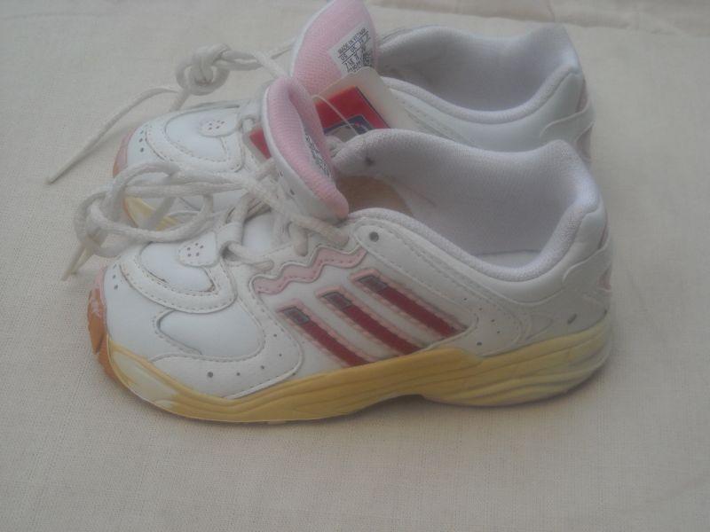 85ffd777bf A fehér (1 fotó) bth.15 cm.A 2.képen a gyönyörűséges -fűző nélküli-  bth.15,5 cm.3.képen lévő cipő Adidas Samba bth.15 cm.(ez utóbbiból hiányzik  a talpbetét ...