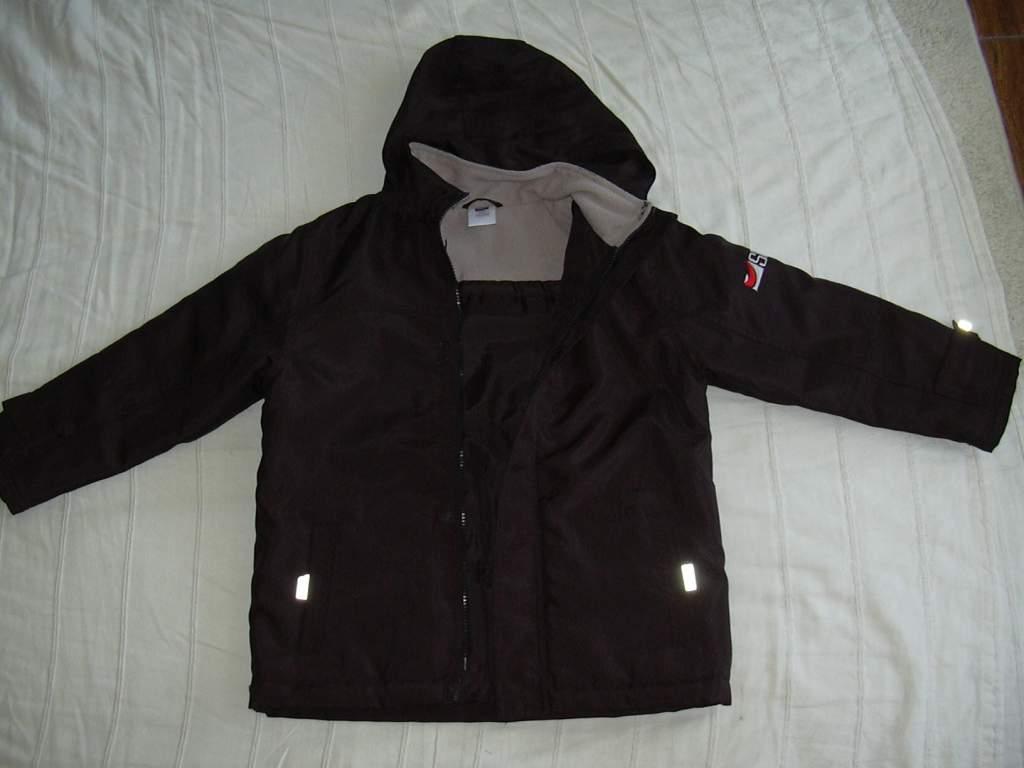 46e80b1c6f 7-8 éves (128) de nagy, fekete kabát. Olyan középvastag, van egy vatelines  bélése, ha nincs túl hideg télen is jó. Kapucni feltekerhető a nyakába és  nagyon ...