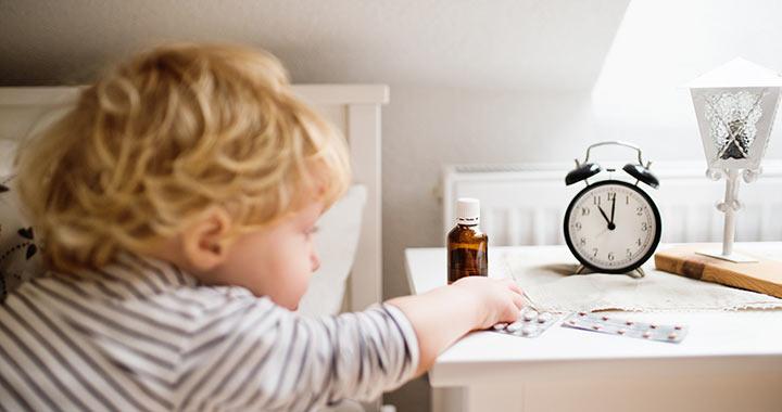 4 dolog, amit tegyél biztonságos helyre, mielőtt járni kezd a gyerek