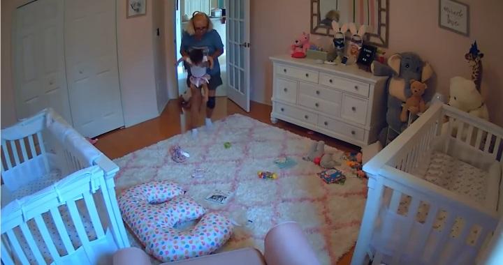 Videón, ahogy két baba szökik a nagymamától