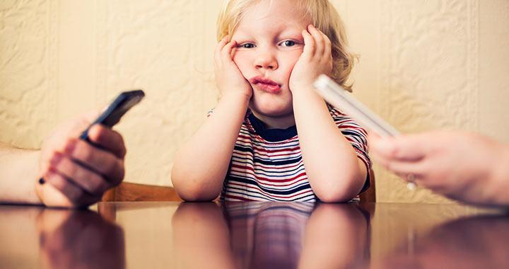 Állandóan a telefonodon lógsz, miközben babázol?